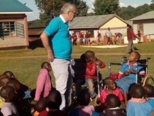Pater Dan im Kreis der Kinder